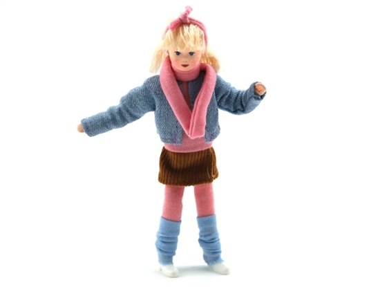 Popje voor poppenhuis, tienermeisje met blond haar, bruine minirok, roze collants, sjerp en t-shirt, lichtblauwe beenwarmers en jeans vestje.