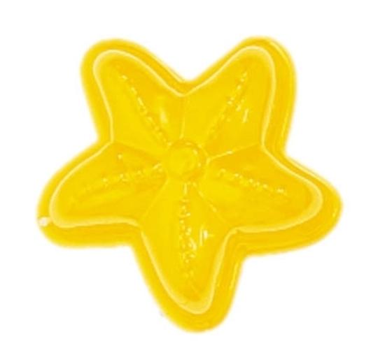 Geel gelakt metalen zandvormpje in de vorm van een zeester.