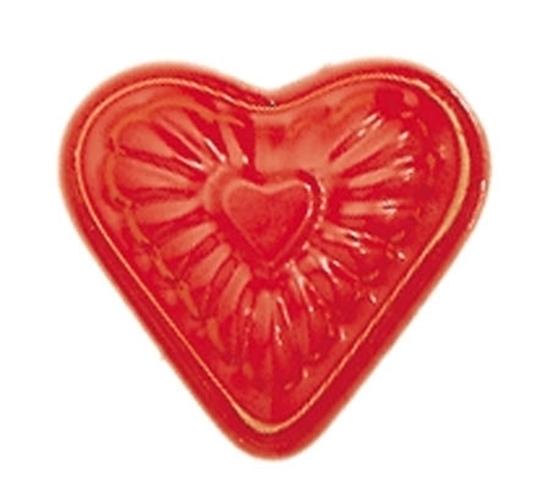 Rood gelakt zandvormpje in de vorm van een hart.