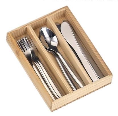 Houten bakje met 3 compartimenten  die 4 speelgoed messen, 4 vorken en 4 soeplepels in roestvrij staal bevat.