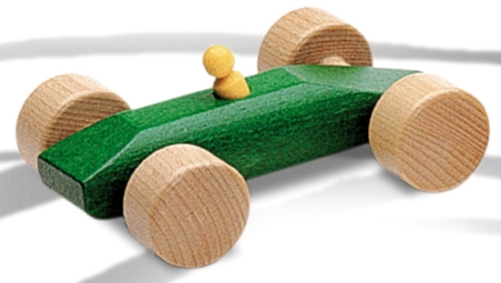 Groene houten racewagen met bestuurder.