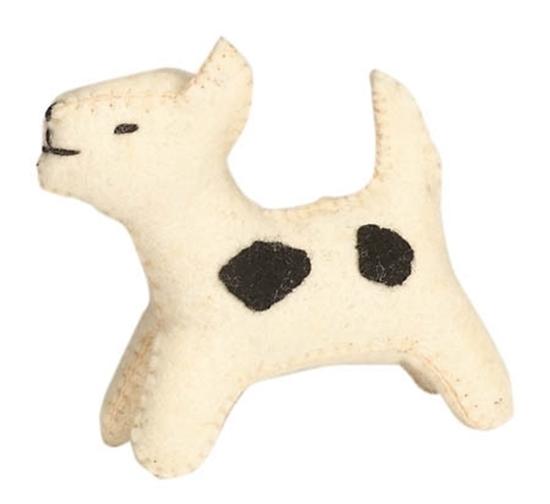 Witte hond met zwarte vlekken gemaakt van wolvilt.