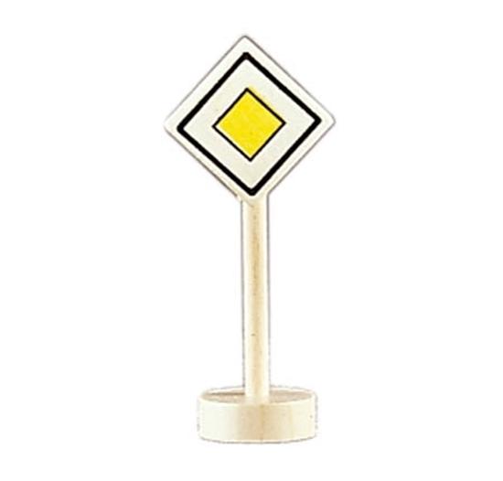 Houten verkeersteken voorrangsweg om met de autootjes spelen. Ronde houten sokkel met houten paal en wit en gele ruit.