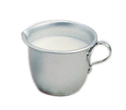 Aluminium melkpotje die melk bevat.