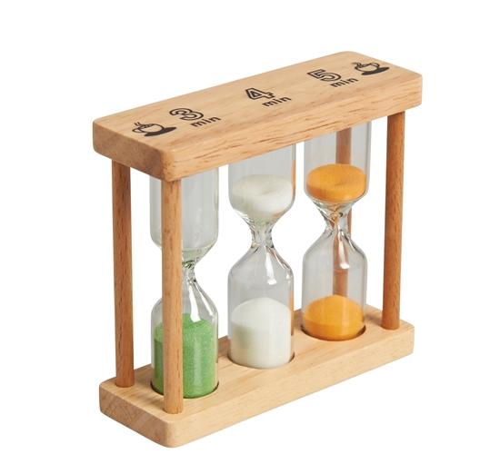 Speelgoed zandloper gemaakt van twee plankjes met 3 glazen lopers ertussen. In elke loper zit een ander kleur van zand: wit, licht groen en licht oranje. Ze lopen in een verschillende tijd door: 3 minuten, 4 en 5 minuten.