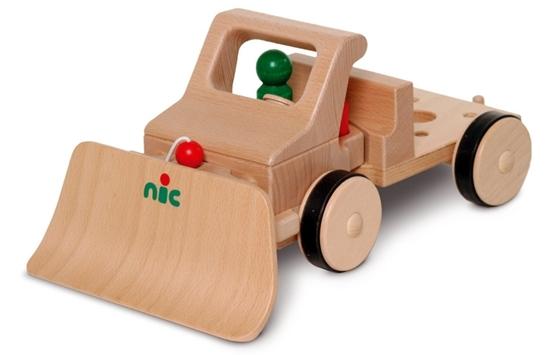 Houten sneeuwschuiver geplaatst voor een houten speelgoed vrachtwagen.