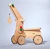 Grue montée sur un porteur en bois avec des roues en bois cerclé de caoutchouc.