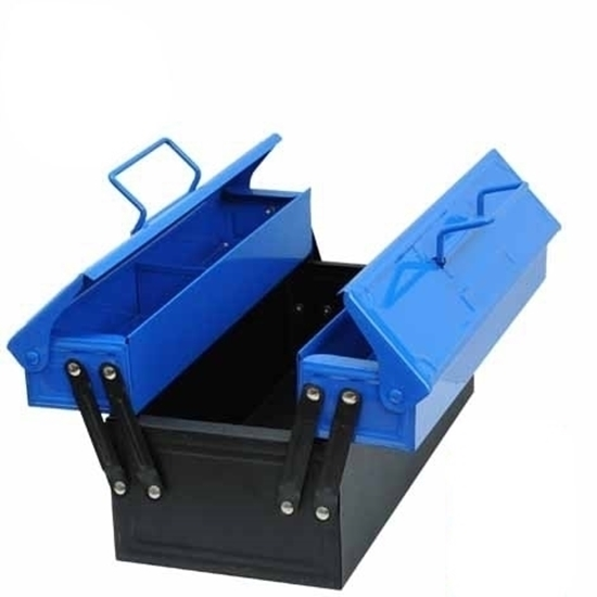 Zwarte metalen werkkoffer op kindermaat met  2 blauwe metalen bovenvakken die zijdelings openschuiven om toegang te verlenen aan de koffer zodat het gereedschap in de koffer kan gelegd worden, alsook in de 2 bovenvakken die opengaan met een plat deksel die openscharniert. De 2 metalen deksels dragen een metalen handvat  om de koffer te dragen wanneer alles gesloten is.