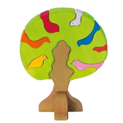 Een groene houten boom met bruine stam en 7 houten vogels in de boom, 1 paarse, 1 gele, 1 blauwe, 2 rode en 1 oranje.