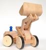 Houten speelgoed wiellader met schepbak in de hoogste stand en blauw mannetje.