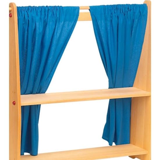 Een standaard met 2 blauwe gordijnen.