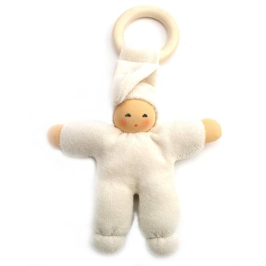 Wit katoenen popje met houten bijtiring voor baby's, handgeschilderd gezichtje