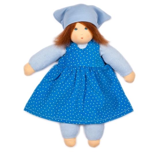 Voddenpop van 35 cm met donker bruin mohair haar en blauwe ogen. Ze draagt lichtblauw ondergoed, een blauw kleed met witte stippen en een lichtblauwe hoofddoek.