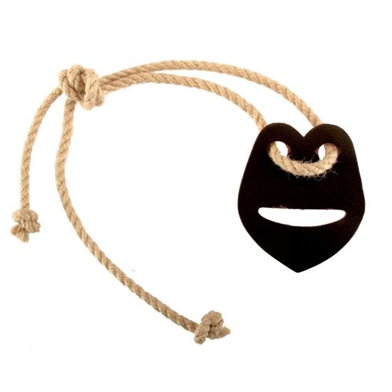 Zwart stukje leder in de vorm van een hart met een horizontale spleet om een speelgoed zwaard erin te schuiven en te dragen door middel van een dikke koord.