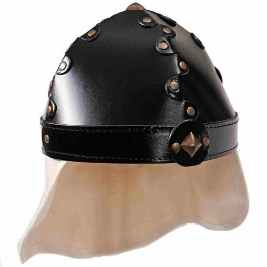 Rdderhelmd gemaakt van zwart karton aaneen geriveteerd, met een nekbescherming van linnen.