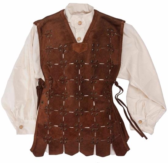 Chemise de chevalier blanche recouverte d'un tabard de chevalier court en suède de cuir véritable brun foncé, composé d'environ 750 pièces de cuir rivetées, avec oeillets métalliques et lacets en cuir.