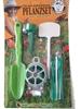 Emballage thermocollé contenant une petite pelle à planter verte, un support vert pour bouteille en pet pour donner de l'eau aux plantes, un rouleau de ficelle métallique verte, 20 lanières vertes en plastique pour attacher les plantes, 15 étiquettes blanches en plastique pour inscrire le nom des semis.