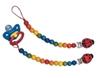 Twee fopspeenkettingen met houten veelkleurige kralen liggen naast elkaar. Aan één van de twee hangt een blauwe fopspeen met een lus.