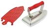 Un fer à repasser en métal pour enfants avec poignée en bois rouge et à côté un support en métal rouge pour le fer à repasser.