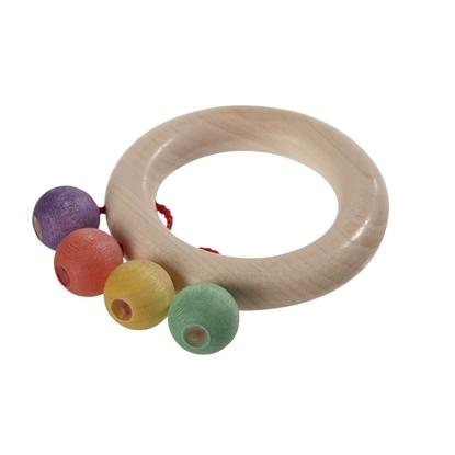 Een esdoorn natuurhouten ring met 4 kleine houten bolletjes: 1 paarse, 1 rode, 1 gele en 1 groene, allemaal verbonden met de ring door een rood katoenen touwtje als baby rammelaar.