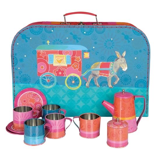 Blauw kartonnen valiesje met afbeelding van een zigeunerwagen. Ervoor staat een rood tinnen speelgoed koffieservies.