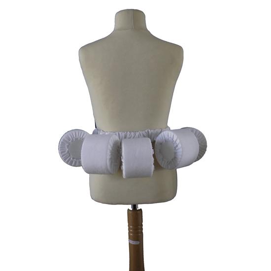 Een mannequin met ter hoogte van de heupen een gordel van vier kleine cilinders die een rok wat meer volume geven.