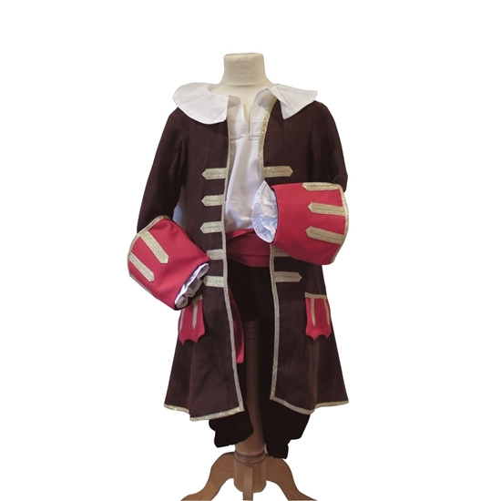 Lange bruine piratenjas met gouden bies, rode manchetten, en een grote witte kraag op een paspop.