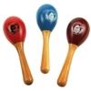 Een houten steel met daarop een eivormig houten doosje die zaadjes bevat die rinkelen als je ze schudt. Een rode, een blauwe en een bruine.