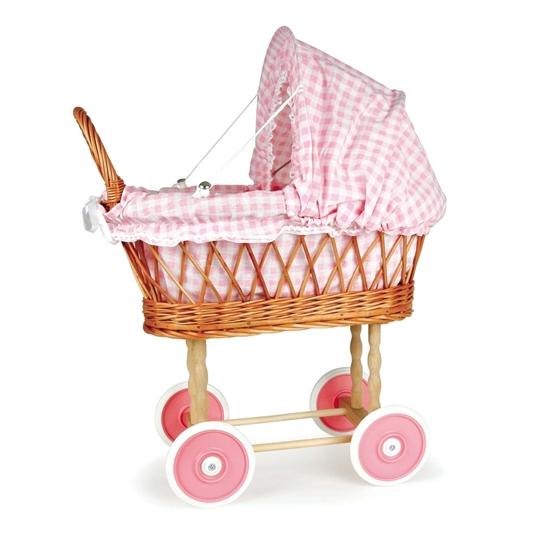 Rietenpoppenwagen met roze wielen en roos gebloemde katoenen bekleding.