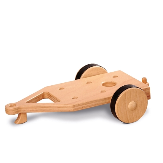 Houten tweewielige aanhangwagen met rubberen banden om te laten trekken door de speelgoed vrachtwagens of landbouwvoertuigen.