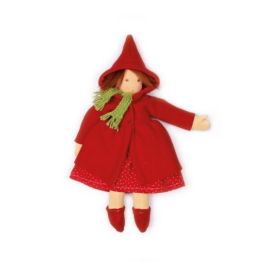 Poupée en chiffon Nanchen aux cheveux de mohair brun et aux yeux bruns peints à la main. Elle porte un manteau en laine rouge avec capuchon, une écharpe en laine verte, dessous une robe en velours côtelé rouge à pois blancs et une paire de chaussons de velours rouge. Le manteau se ferme à l'avant avec trois pressions.