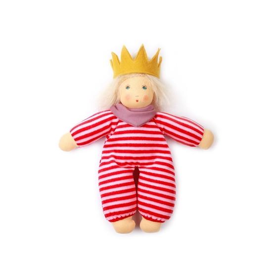 Kleine pop in rood roos gestreepte badstof met roos halsdoek, blond mohair haar en een gele kroon in wol vilt op het hoofd.
