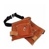 Une ceinture à outils enfant en cuir véritable rouge-brun avec ceinture ajustable en matériau synthétique noir, dont les deux pochettes sont disposées en quinconce l'une sur l'autre.
