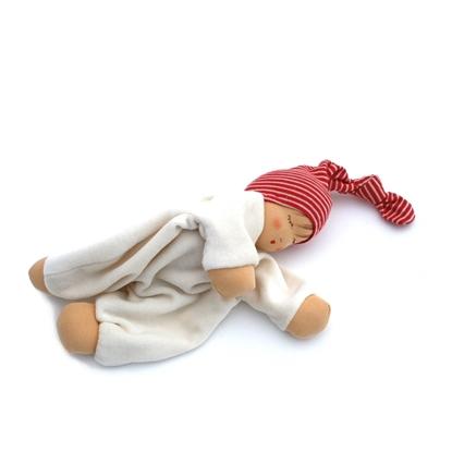 Slapend popje in ivoorkleurige badstof met huidkleurige handjes, voetjes en gezicht en een geknoopte pinnemuts in rood en wit gestreepte tricot.