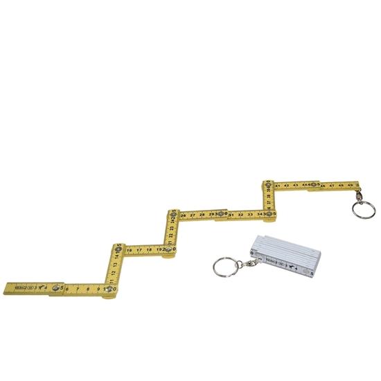 Een gele vouwmeter van 50 cm met sleutelhanger ligt uitgevouwen in zigzag, ernaast ligt een witte opgevouwen vouwmeter met sleutelring.